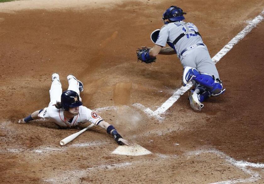 En la imagen, el guardabosques de los Astros de Houston Josh Reddick (i). EFE/Archivo