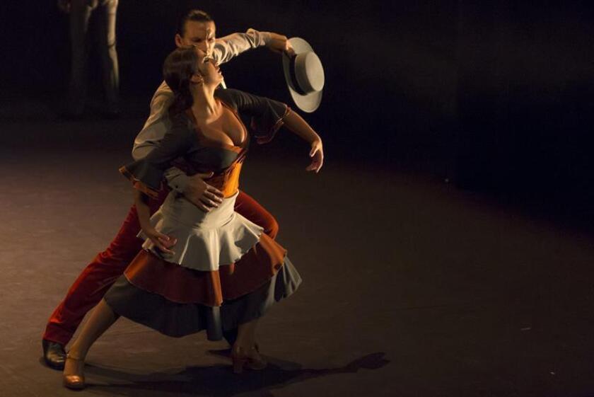 """Un momento del ensayo del espectáculo de los coreógrafos Manuel Liñán y Daniel Doña """"REW"""" , en el que han reunido a diez bailarines solistas para revisar la evolución y conexiones del flamenco y que presentan en el Teatro Central de Sevilla, dentro de la XVII edición de la Bienal de Flamenco. EFE/Archivo"""