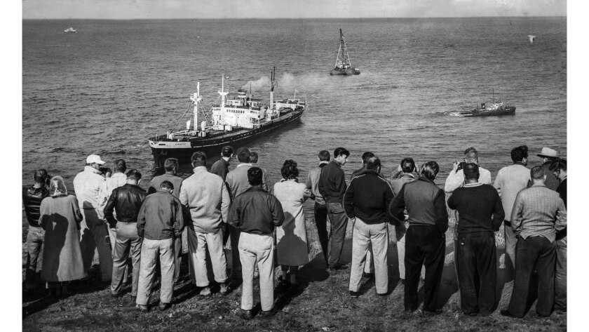 March 15, 1961: Crowd gathered at Rocky Point in Palos Verdes Estates to wtach as a tug attempts to