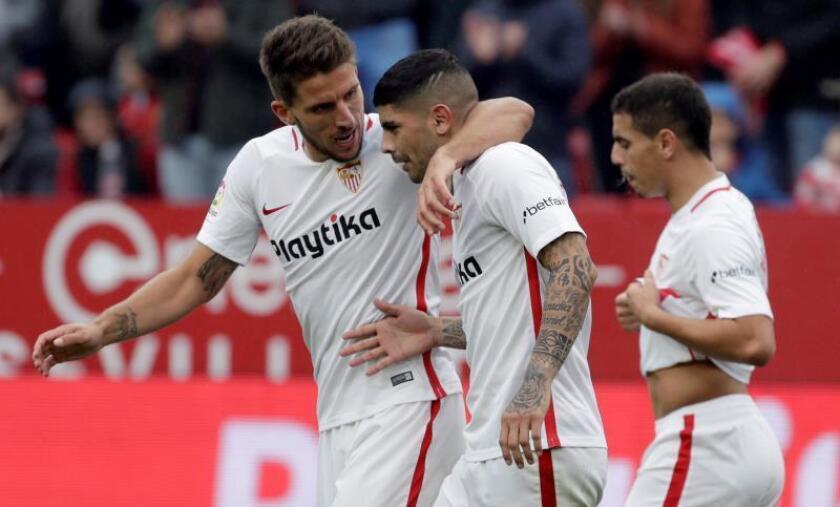 El centrocampista argentino del Sevilla Ever Banega (c), celebra con sus compañeros Daniel Carriço y Wissam Ben Yedder (d) el primer gol ante el Girona. EFE