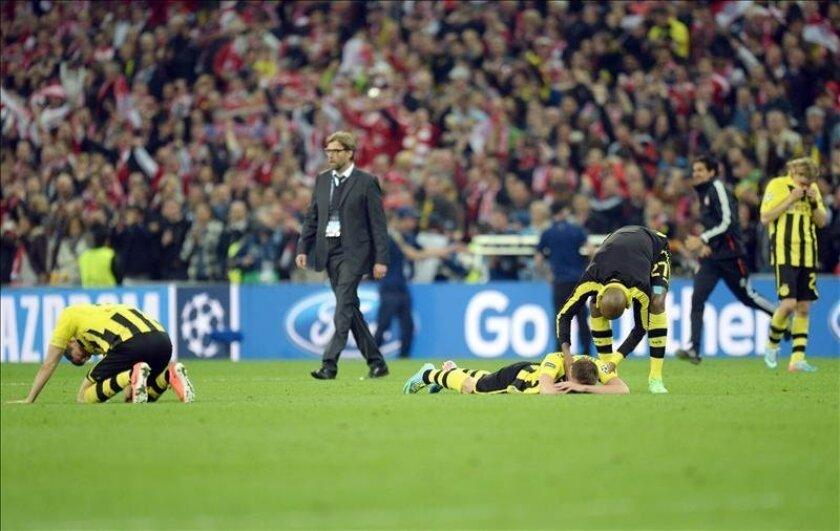 Los jugadores del Borussia Dortmund lamentan la derrota mientras el entrenador Juergen Klopp trata de animarlos tras perder la final de la Liga de Campeones con el Bayern Múnich en Wembley. EFE