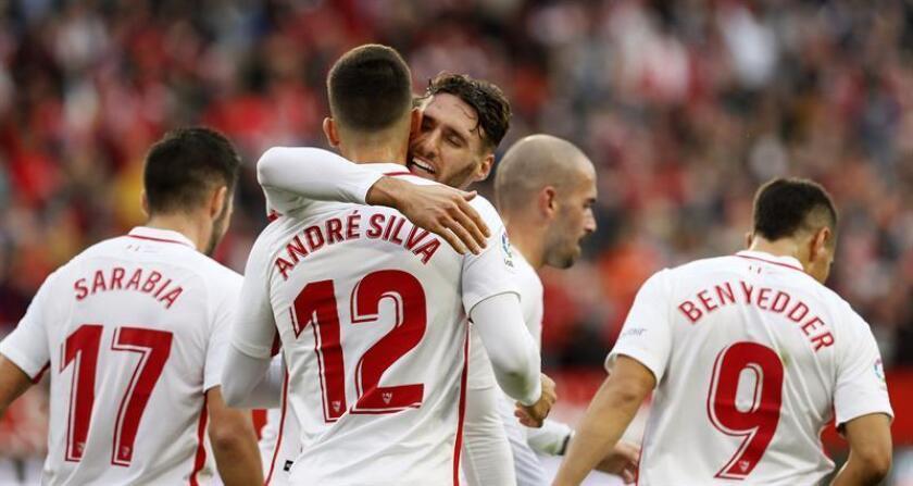 El delantero del Sevilla André Silva celebra el gol que ha marcado ante el Valladolid, el primero del equipo, durante el partido de la decimotercera jornada de Ligaen el estadio Sánchez Pizjuan. EFE
