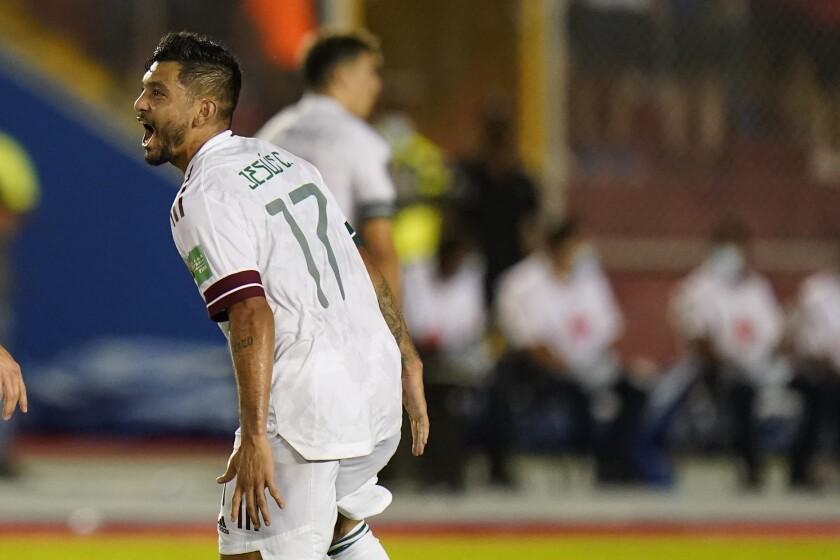El mexicano Jesús Corona celebra al anotar un gol contra Panamá durante un partido