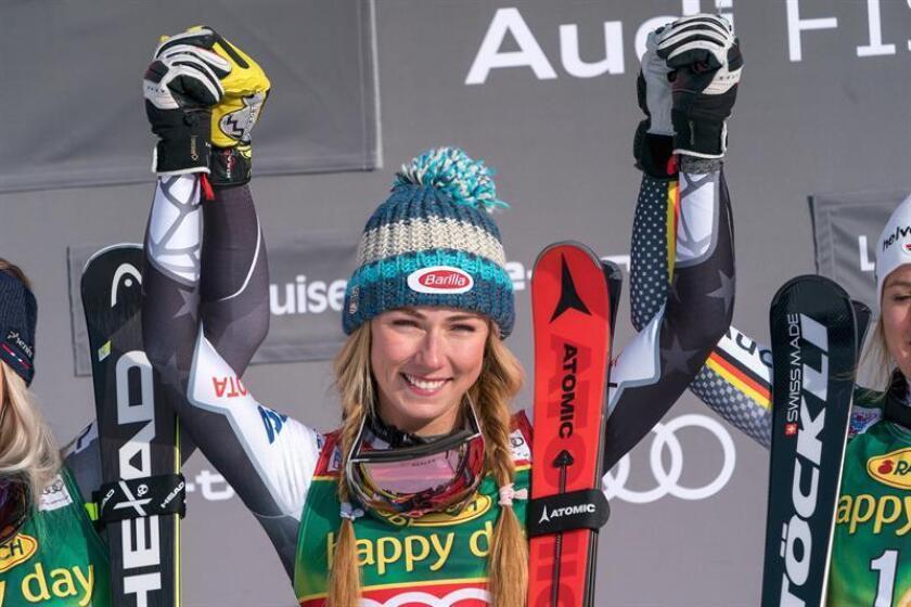 La estadounidense Mikaela Shiffrin celebra tras imponerse en la parada de la Copa del Mundo femenina de esquí alpino en Lake Louise, Alberta, Canadá, el 2 de diciembre de 2018. EFE