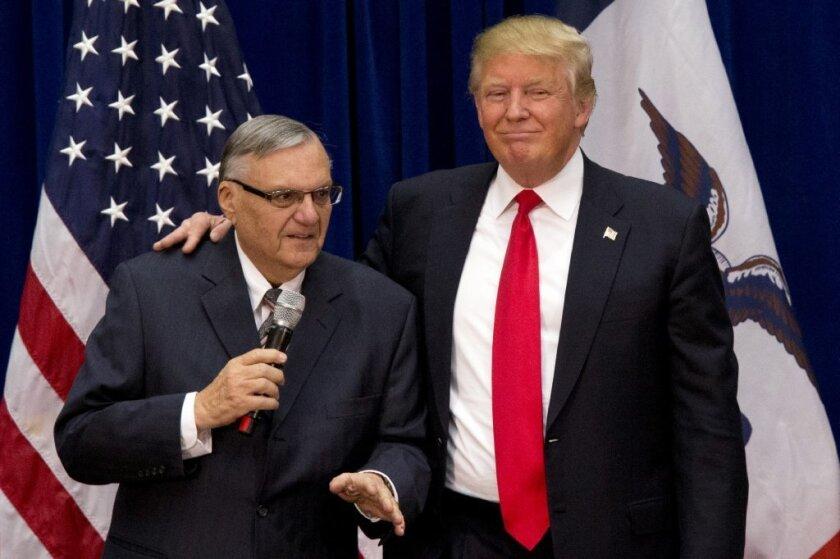 Donald Trump es acompañado por Joe Arpaio.