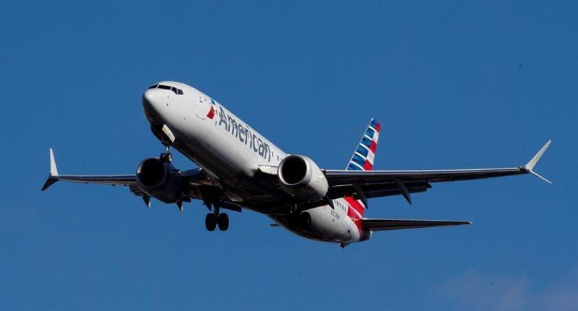 Un avión Boeing 737 Max 8 de American Airlines despega este martes, desde el aeropuerto LaGuardia, en Nueva York (Estados Unidos). EFE