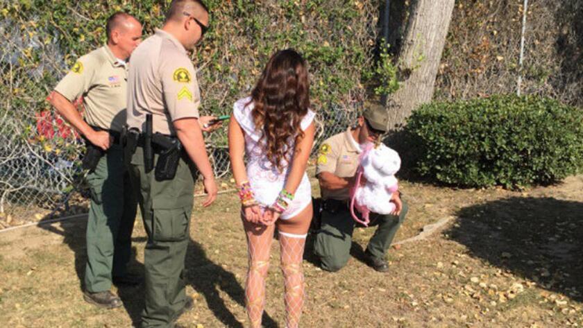 Una asistente al festival Nocturnal Wonderland es detenida, en Devore (Handout/Departamento del Sheriff del Condado de San Bernardino).