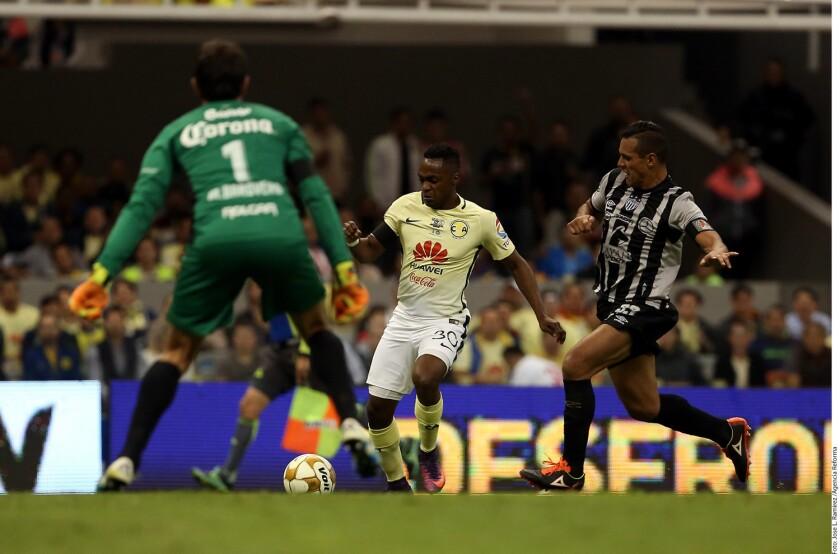 El ecuatoriano del América, Renato Ibarra se acerca a la puerta del Necaxa durante el partido que enfrentó a ambos equipos por la final del Torneo Apertura 2016.