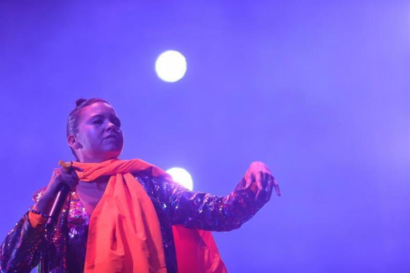 La vocalista Li Saumet de la banda colombiana Bomba Estéreo actúa durante un concierto en la vigésima edición del Festival Vive Latino, este sábado, en Ciudad de México (México). EFE