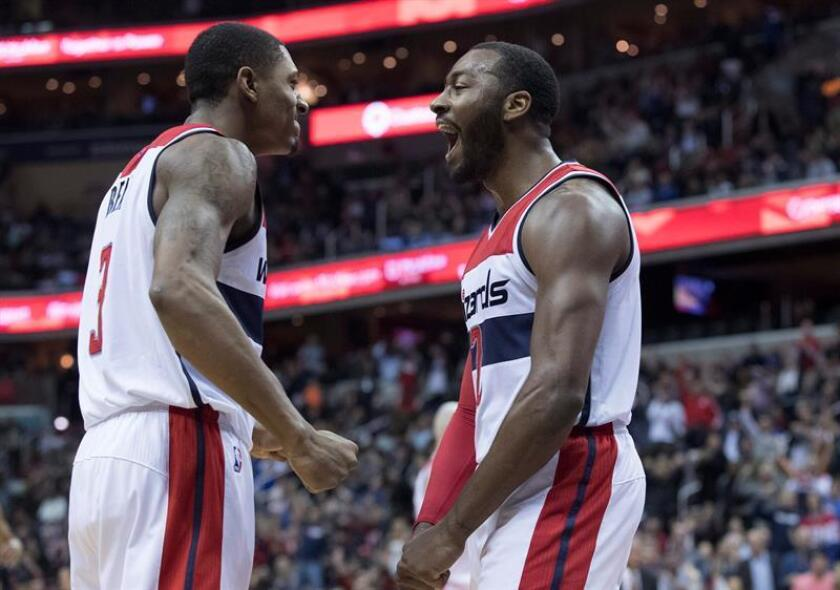 Washington Wizards guard John Wall (R) and Washington Wizards guard Bradley Beal (L) celebrate after Wall scored. EFE/Archivo