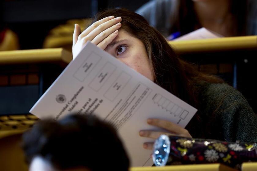 Una estudiante espera para realizar los exámenes de la Evaluación de Bachillerato para el Acceso a la Universidad. EFE/Archivo