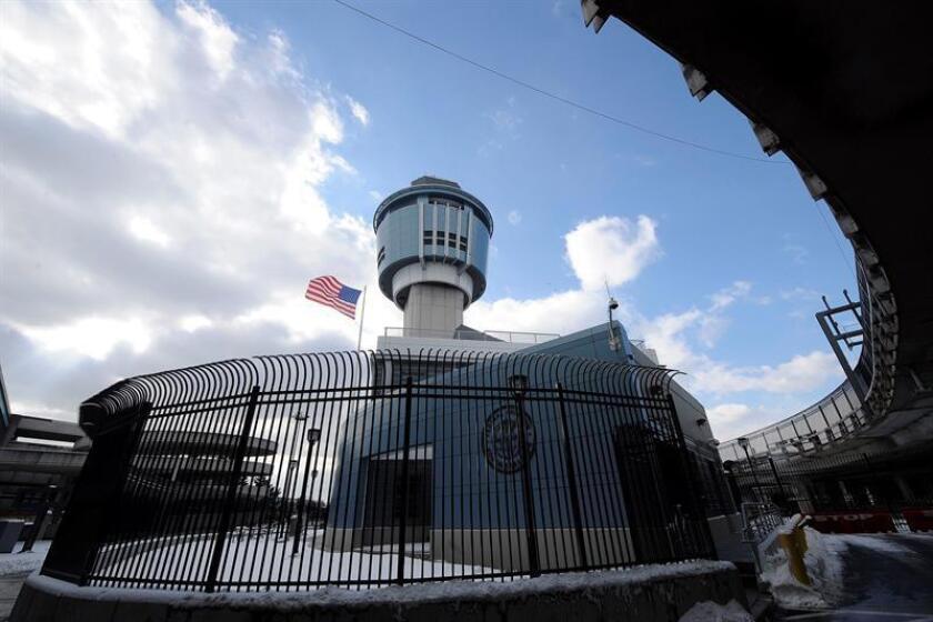 Vista general de la torre de control en el aeropuerto LaGuardia en Queens, Nueva York, EE.UU. EFE/Archivo