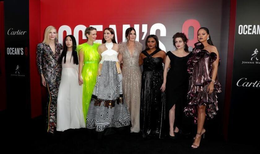 """Las actrices Cate Blanchett, Awkwafina, Sarah Paulson, Anne Hathaway, Sandra Bullock, Mindy Kaling, Helena Bonham Carter y Rihanna posan durante el estreno del filme que protagonizan """"Ocean's 8"""" hoy, martes 5 de junio de 2018, en el Alice Tulley Hall de la ciudad de Nueva York (EE.UU.). EFE"""