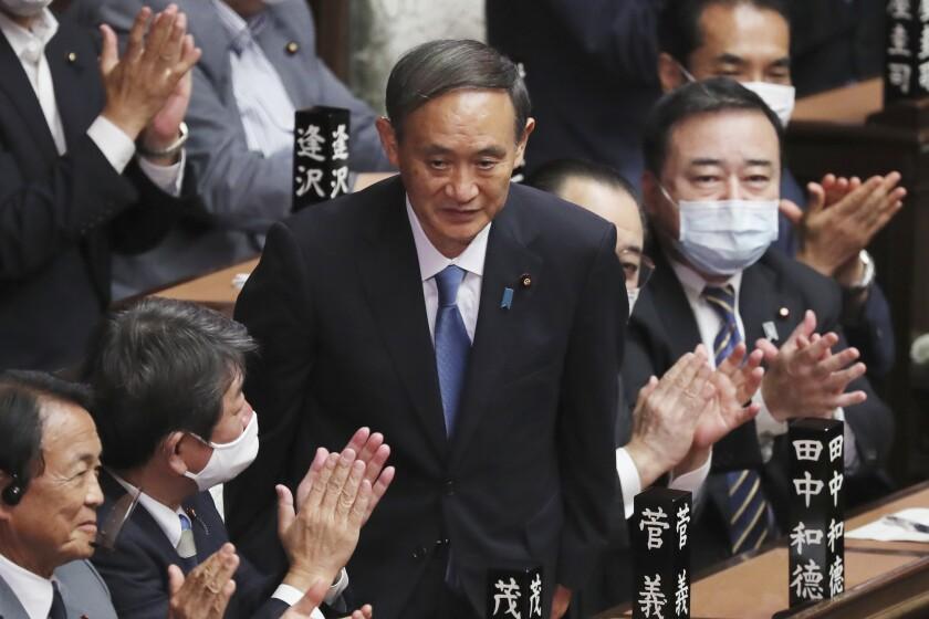 Yoshihide Suga recibe aplausos tras ser elegido nuevo