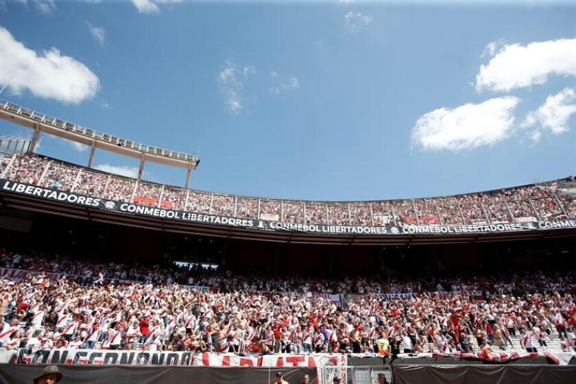 Aficionados de River Plate animan hoy en el partido de la final de la Copa Libertadores entre River Plate y Boca Juniors en el estadio Monumental en Buenos Aires (Argentina). EFE