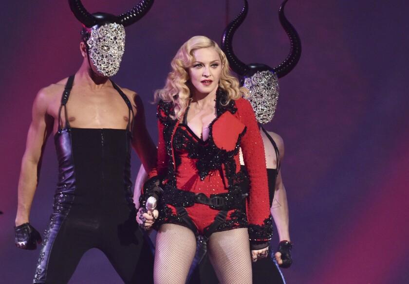 Madonna durante su presentación en la 57a entrega de los Grammy en Los Angeles en una fotografía de archivo del 8 de febrero de 2015. La reina del pop comenzará su Gira Rebel Heart a finales de este año con más de 60 conciertos por Norteamérica, Europa, Australia y Asia. (Foto John Shearer/Invision/AP, archivo)