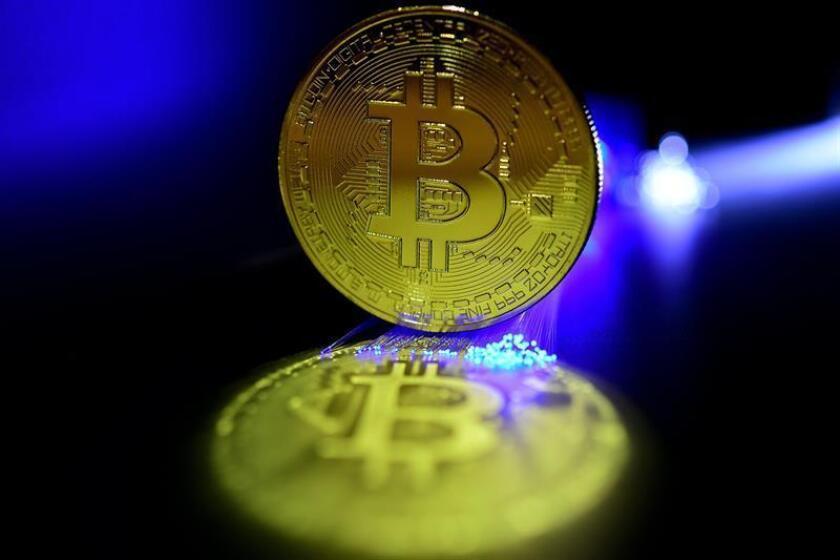 El precio del bitcóin llegó a caer hoy un 16 % hasta situarse en 4.200,22 dólares la unidad, su mínimo de este año 2018, mientras se agudiza una mala racha que está atravesando en paralelo a la del mercado de valores estadounidense. EFE/Archivo