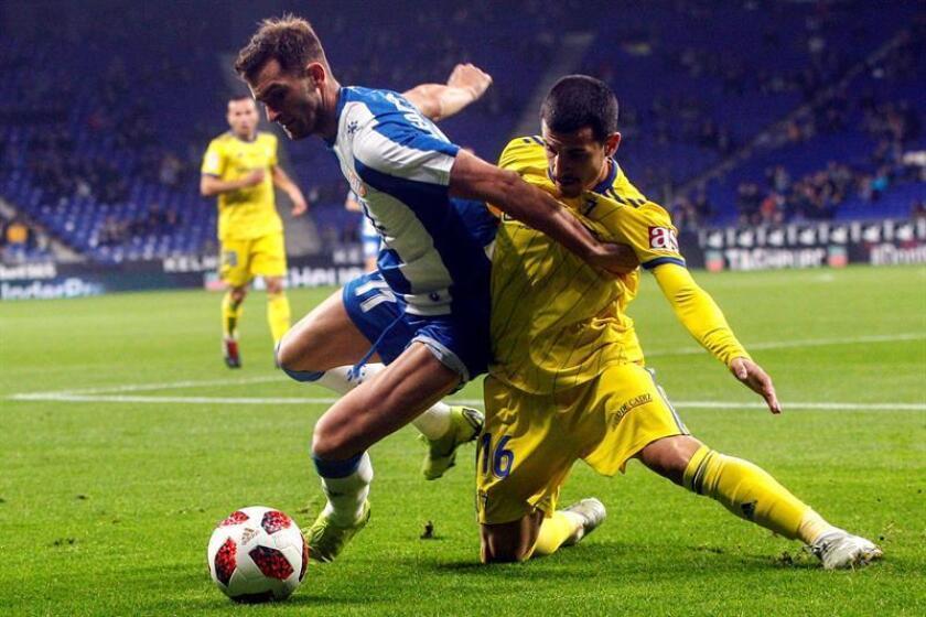 El delantero brasileño del RCD Espanyol Leo Baptistao (i) lucha con el defensa del Cadiz CF Marcos Mauro durante el partido de vuelta de los dieciseisavos de final de la Copa del Rey en el estadio de Cornellà-El Prat entre el RCD Espanyol y Cadiz CF. EFE