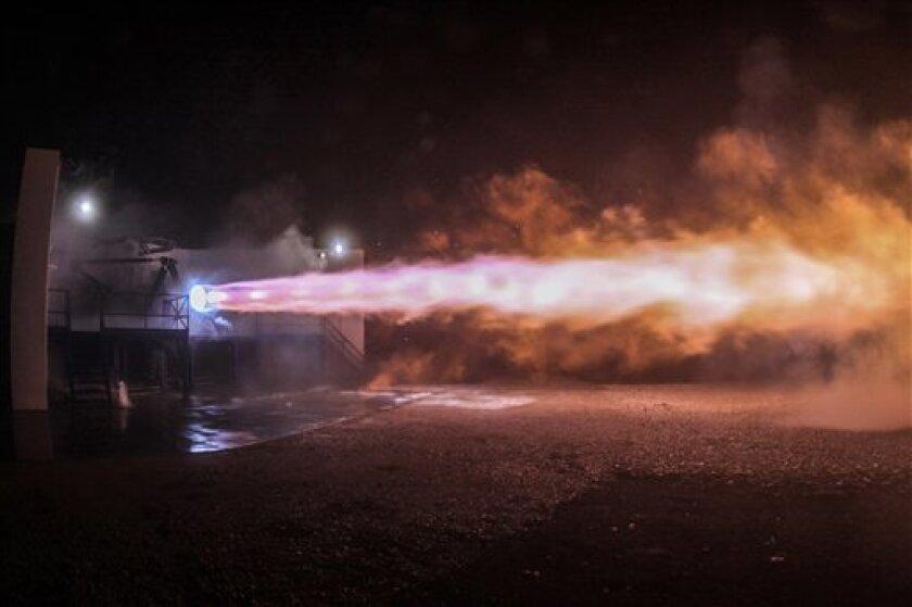 Esta fotografía del 25 de septiembre de 2016 difundida por SpaceX muestra una prueba del motor Raptor de la compañía en McGregor, Texas. El martes 27 de septiembre de 2016, Elon Musk, el fundador de SpaceX, anunció el plan de su empresa para viajar al planeta Marte. El motor está siendo probado para ser usado en la nueva nave.