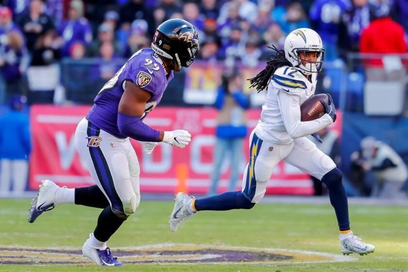 El receptor abierto de Los Ángeles Chargers, Travis Benjamin (d), en acción contra el apoyador de los Baltimore Ravens, Matthew Judon (i). EFE