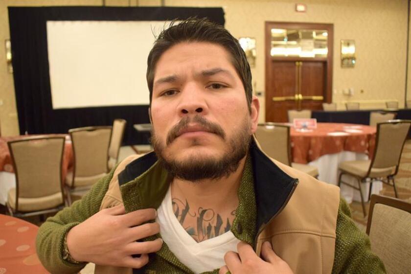 """El fiscal de distrito del condado de Nueces (Texas), el hispano Mark González, muestra el tatuaje que lleva en el pecho con las palabras """"Not Guilty"""" (No culpable)."""