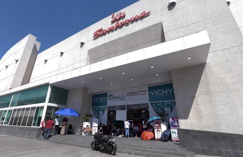 Maestros bloquean la entrada de un centro comercial este miércoles, en Morelia, en el estado de Michoacán (México). EFE