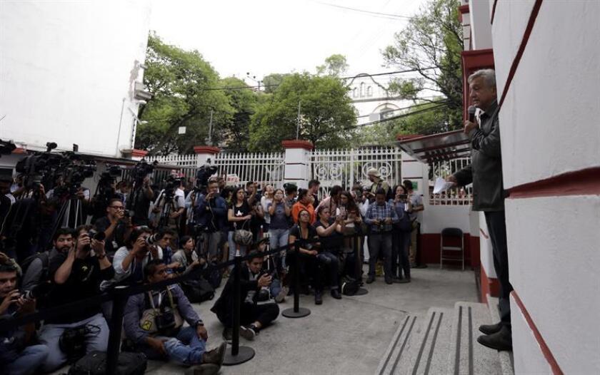 El futuro presidente de México, Andrés Manuel López Obrador, no descartó hoy que participen narcotraficantes en las próximas consultas y foros para lograr la paz y definir una posible ley de amnistía. EFE