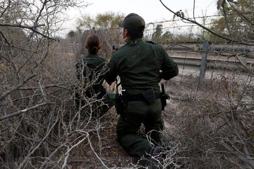 Un indocumentado resultó herido en una pierna durante un altercado con un agente de la Patrulla Fronteriza del Sector Tucson y en el que el uniformado hizo uso de su arma de fuego, informó hoy la agencia federal. EFE/Archivo