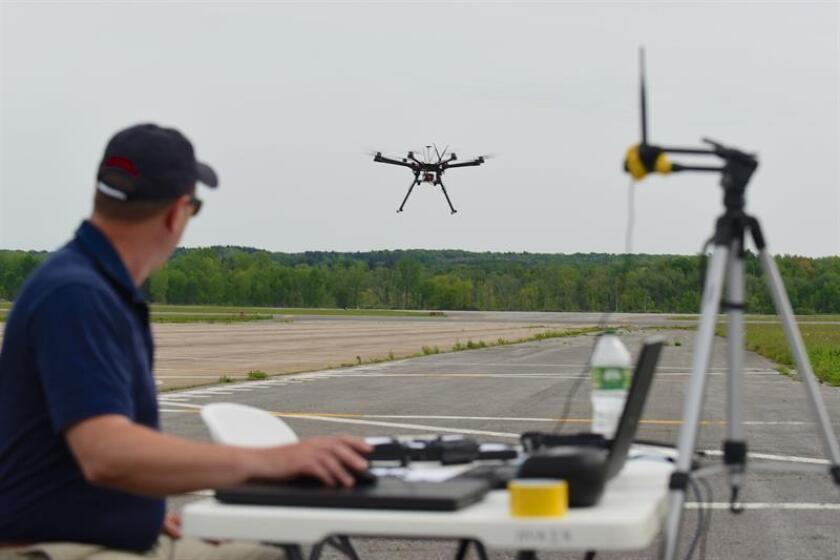 Fotografía sin fecha cedida hoy, jueves 1 de noviembre de 2018, por la NASA-NUAIR Alliance donde aparece una persona realizando pruebas con un avión no tripulado (dron) durante una demostración de campo coordinada por el proyecto de Gestión de Tráfico de Sistemas de Aviones No Tripulados de la NASA. EFE/Eric Miller/NASA-NUAIR Alliance