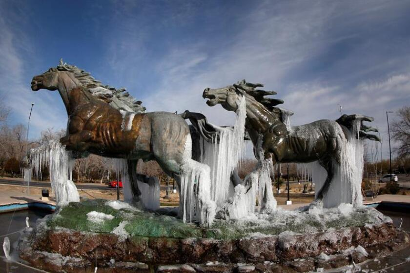 Vista general de la escultura Los Indomables con acumulación de hielo por los intensos fríos hoy, miércoles 17 de enero de 2018, cerca al puente de cruce migratorio a Estados Unidos, en Ciudad Juárez, en el estado de Chihuahua (México). EFE