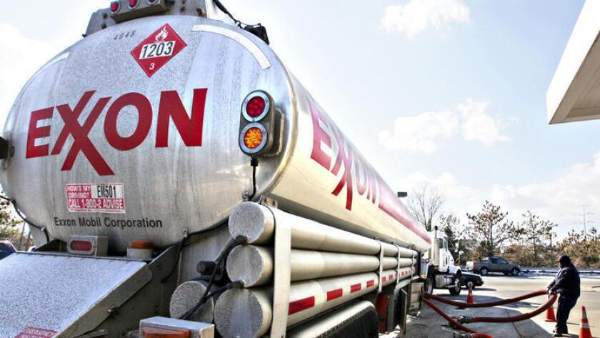 Una embarcación de Exxon Mobil navegó durante 70 días en las costas de Singapur sin recoger petróleo para California de ninguna de las dos refinerías de la compañía en el lugar. Arriba, un camión cisterna de Exxon ().