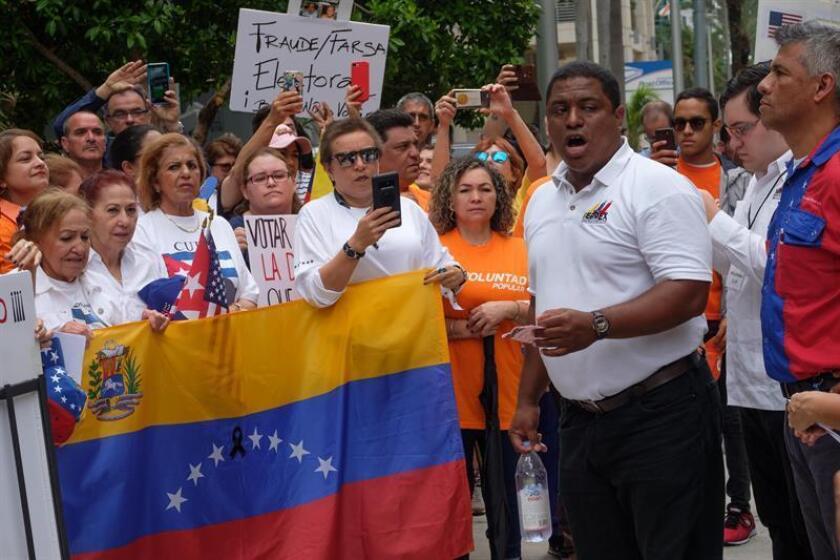 """El presidente de Venezolanos Perseguidos Políticos en el Exilio (Veppex), José Antonio Colina, organiza a los protestantes durante su participación en la manifestación en contra de las elecciones """"fraudulentas"""" en ese país. EFE/Archivo"""