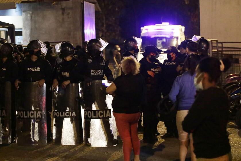 Familiares de reclusos esperan noticias fuera de la penitenciaría Litoral luego de un motín, en Guayaquil,