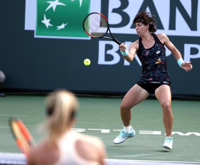 Carla Suárez Navarro de España (d) responde una bola ante Elina Svitolina de Ucrania, durante un juego en el Abierto de Tenis de Indian Wells, California (EE.UU.). EFE