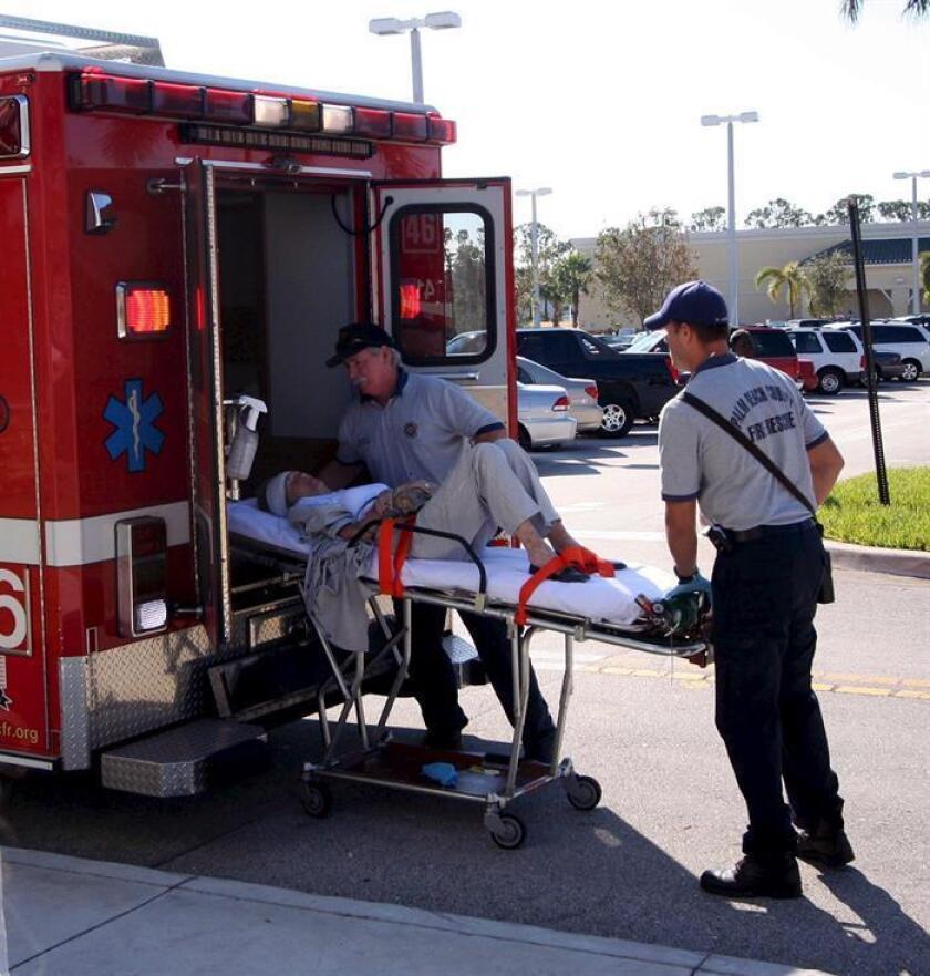 Vista de una ambulancia de Florida donde se observa que transportan a un herido de un accidente. EFE/Archivo
