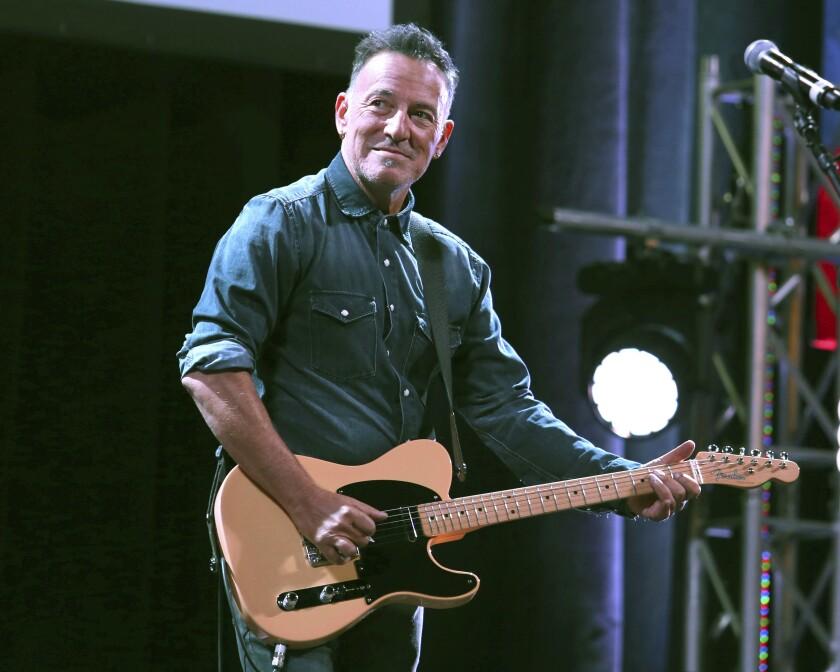 """Bruce Springsteen toca en el evento """"Stand Up For Heroes"""" en Nueva York."""