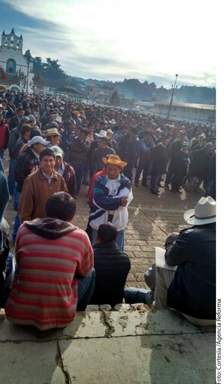 La Procuraduría de Justicia de Chiapas explicó en un comunicado que el ataque al Alcalde y síndico de San Juan Chamula, Domingo López González y Narciso Lunes Hernández, respectivamente, ocurrió esta mañana cuando pobladores de 35 comunidades llegaron a la plaza central para dialogar.