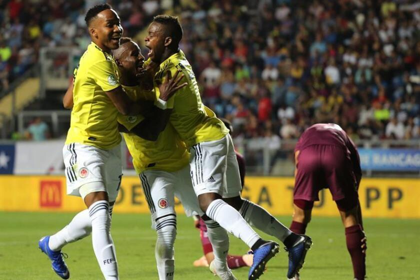 Iván Angulo (c) de Colombia celebra la anotación de un gol este jueves, durante un partido entre Venezuela y Colombia en el Campeonato Sudamericano Sub 20 disputado en el estadio El Teniente en Rancagua (Chile). EFE