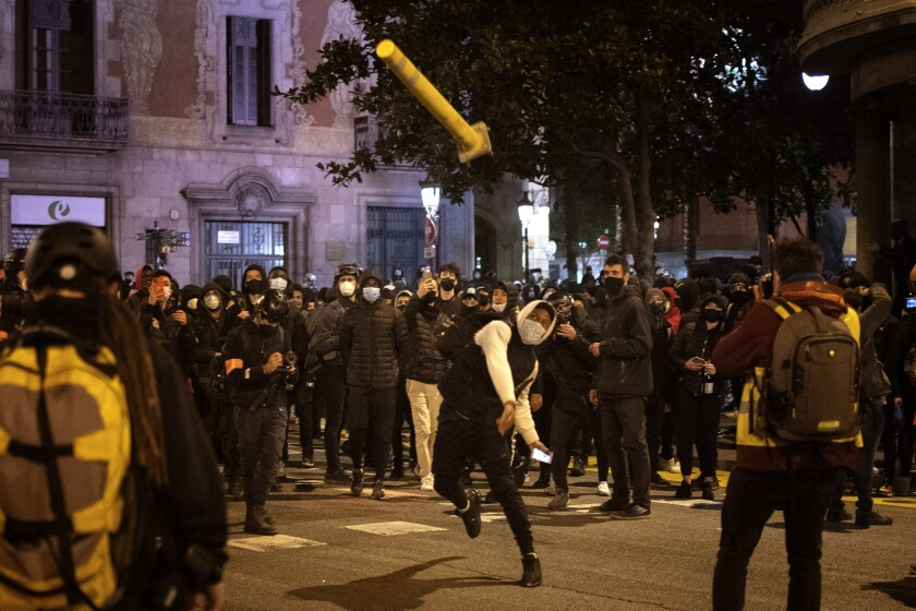 Un grupo de personas saquea una tienda de artículos de lujo de la cadena Versace