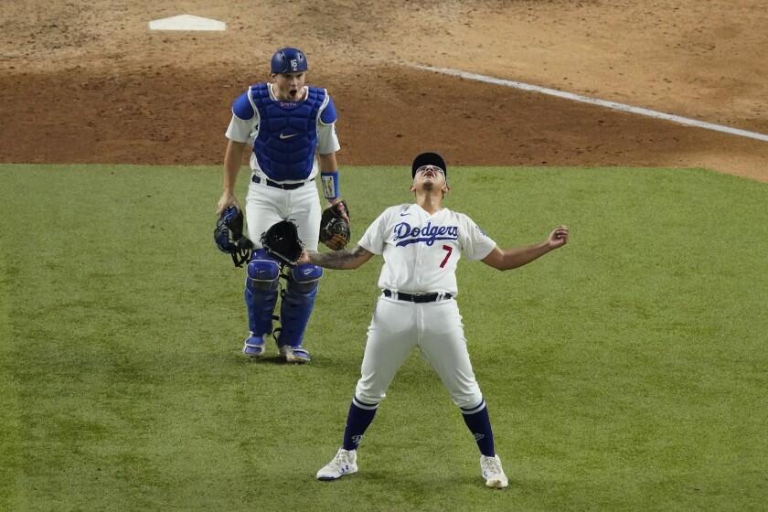 El abridor de los Dodgers de Los Ángeles, el mexicano Julio Urías, festeja su victoria contra los Bravos de Atlanta en el séptimo partido de la Serie por el Campeonato de la Liga Nacional en Arlington, Texas, el domingo 18 de octubre de 2020. (AP Foto/Sue Ogrocki)