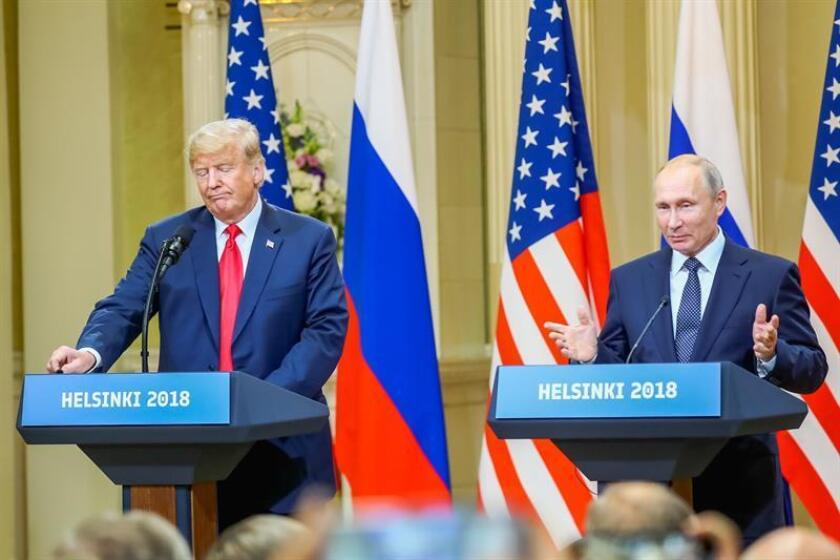 El presidente estadounidense, Donald J. Trump (i), y su homólogo ruso, Vladimir Putin (d), ofrecen una rueda de prensa. EFE/Archivo