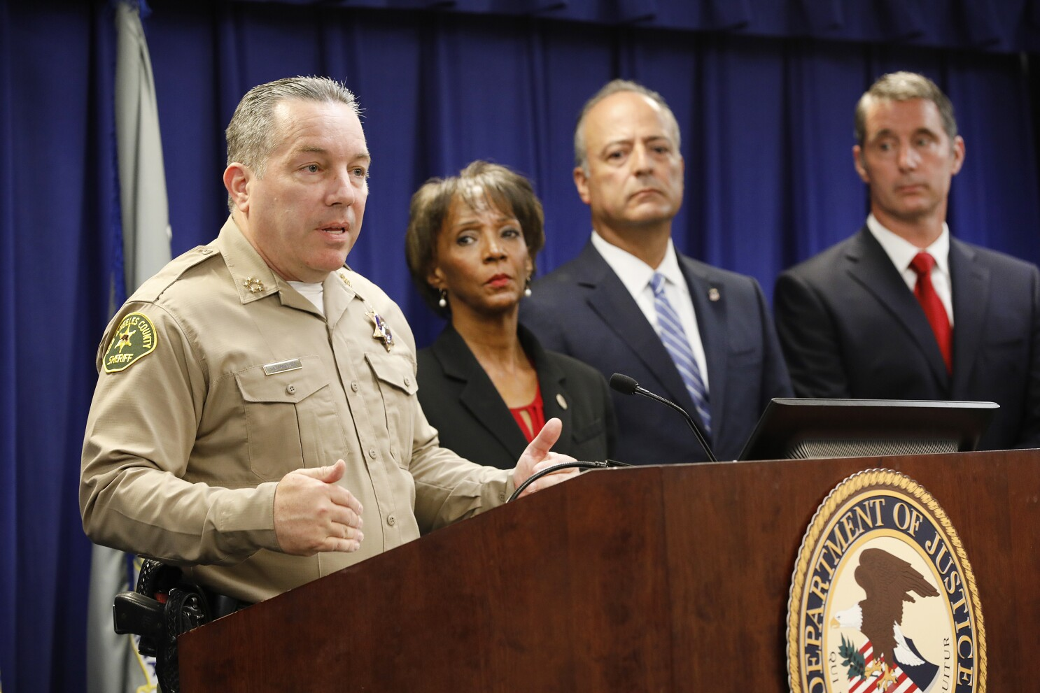 Letters to the Editor: It shouldn't take the FBI to get rid of sheriff's department gangs - Los Angeles Times