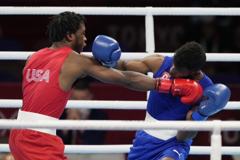 El boxeador estadounidense Keyshawn Davis (izquierda) intercambia golpes con el cubano Andy Cruz