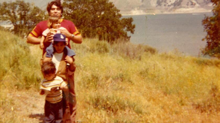 Héctor Becerra (leyendo un libro) y su familia.