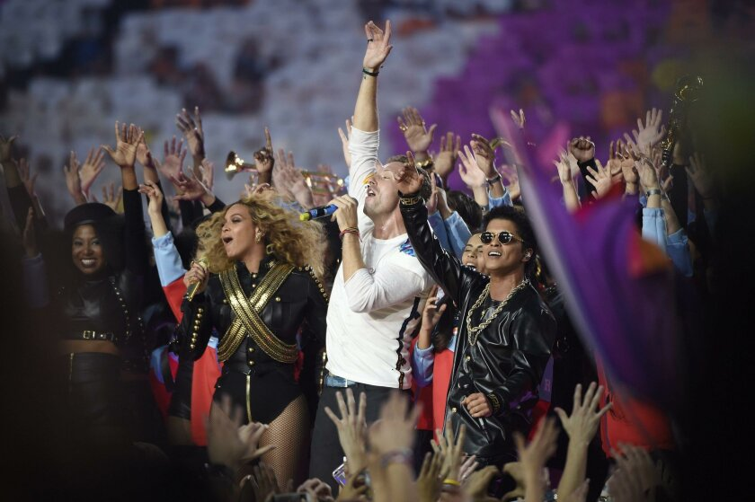 MCX09. Santa Clara (United States), 07/02/2016.- (L-R) Beyonce, Chris Martin and Bruno Mars perform during the halftime show of the NFL's Super Bowl 50 between the AFC Champion Denver Broncos and the NFC Champion Carolina Panthers at Levi's Stadium in Santa Clara, California, USA, 07 February 2016.