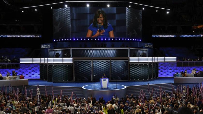 Michelle Obama, en el escenario de la Convención Nacional Demócrata, en Filadelfia, frente al diseño de tejido de cesta que se convirtió en tema de conversación de la reunión política (Carolyn Cole/Los Angeles Times).