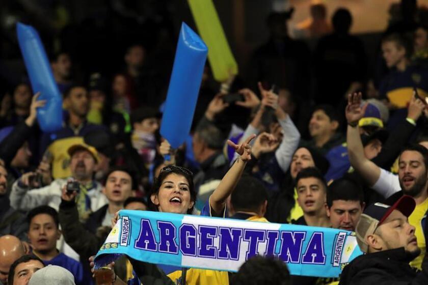Aficionados de Boca Juniors animan en la grada del estadio Santiago Bernabeu donde esta noche se disputará el partido de vuelta de la final de la Copa Libertadores entre el River Plate y el Boca Juniors. EFE