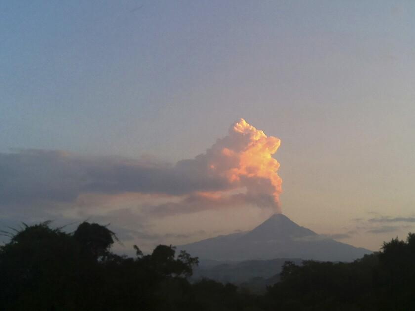 Vapor y cenizas se alzan desde el volcán Colima, en el oeste de México. Erupciones del volcán llevaron a las autoridades a evacuar dos pequeñas comunidades junto a las laderas. (AP Foto/Dario Lopez-Mills)