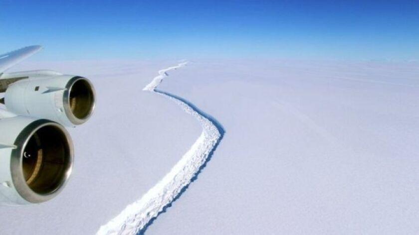 Una grieta antigua creció de repente en diciembre del año pasado y, ahora, apenas 20 kilómetros de hielo mantienen unido al bloque de alrededor de 5.000 kilómetros cuadrados con el continente antártico.