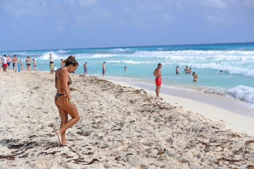 Turistas en el centro de recreo de Cancún, en el estado de Quintana Roo (México) hoy, 3 de enero de 2018. EFE